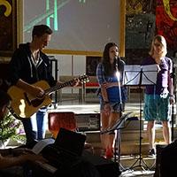 Die musikalische Begleitung mit Klavier, Gitarre, Schlagzeug, Saxophon und Gesang durch die Schulband «Don´t you know».