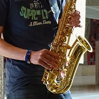 Thorben begleitet auf dem Saxophon.