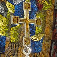 Das Kreuz im Altarraum der Bonifatius-Kirche.